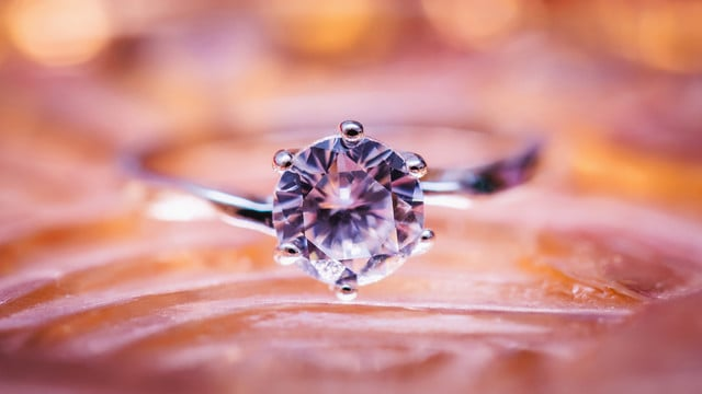 Find the Perfect Diamond Engagement Ring with These Apps