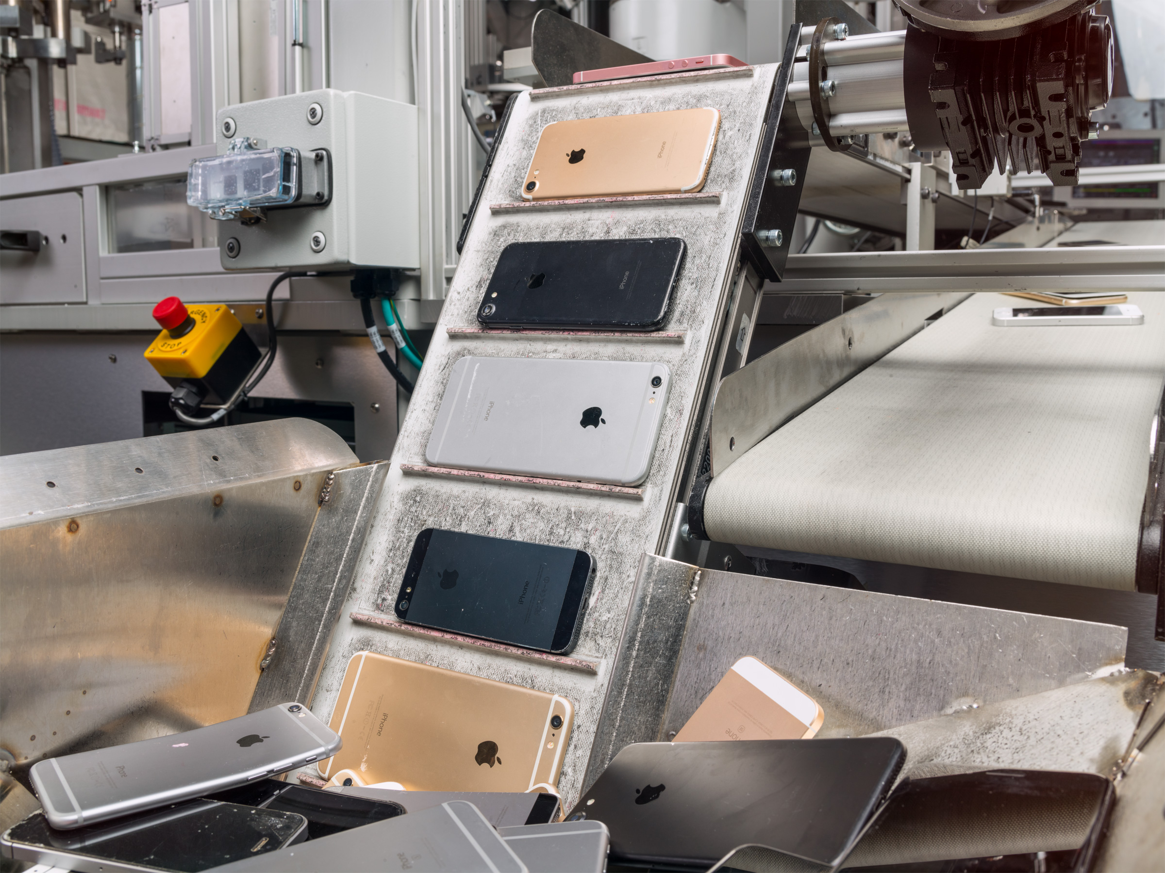 Apple Unveils Daisy, a Robot That Can Disassemble iPhones to Recover Materials